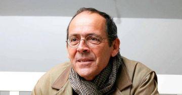 Photo de l'auteur : <h3>L'auteur</h3> <p>Bernard Stiegler est philosophe. Il a fondé et préside le groupe de réflexion philosophique Ars industrialis créé en 2005 et dirige également depuis avril 2006 l'Institut de recherche et d'innovation (IRI) qu'il a créé au sein du centre Georges-Pompidou. Le cœur de sa recherche porte sur les enjeux des mutations actuelles sociales, politiques, économiques, psychologiques portées par le développement technologique et les évolutions de la société</p>