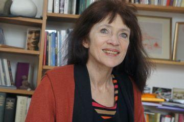 Photo de l'auteur : <h3>L'auteure</h3> <p>Nancy Huston vit à Paris depuis une quarantaine d'années. Parmi une cinquantaine d'ouvrages, des fiction romanesques et des essais sur la condition féminine, son roman Lignes de faille a mérité en 2006 le prestigieux prix Femina.</p>
